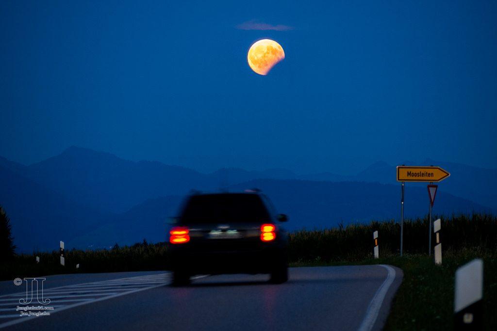 Auf dem Weg zum Mond - Dieser Anblick hat nichts mit der Halbschattenfinsternis über Europa zu tun. Es handelt sich um eine partielle Mondfinsternis.