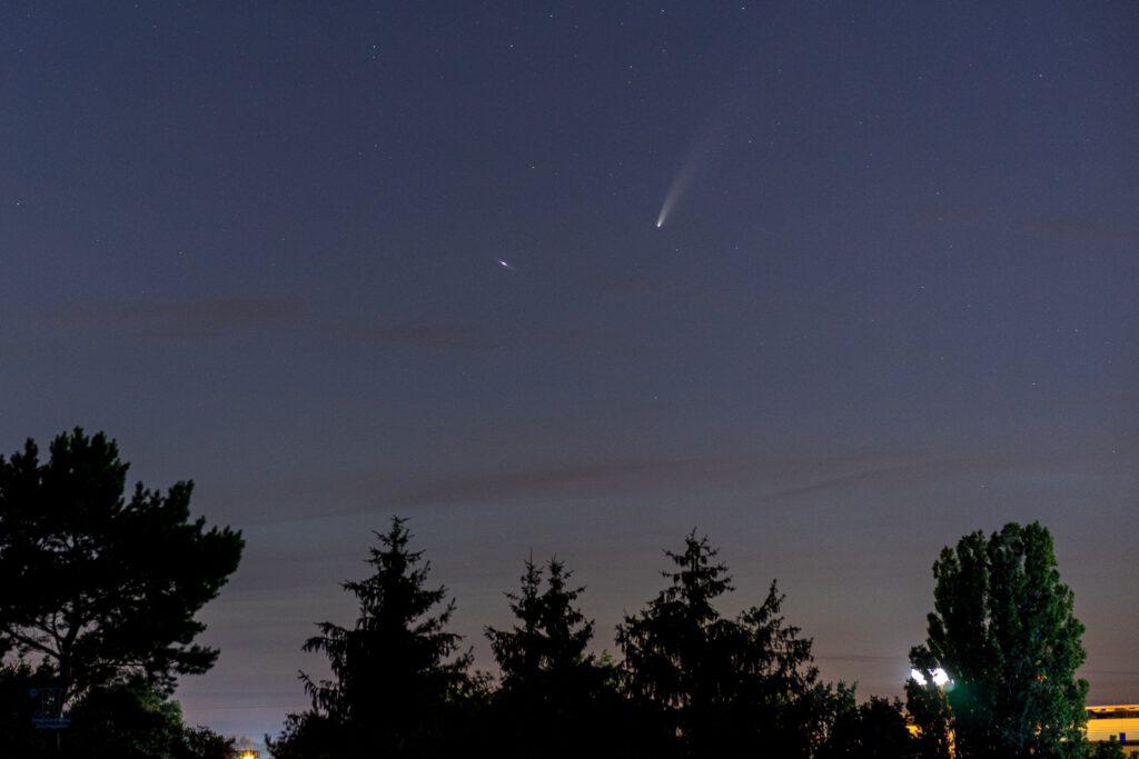 Eine Sternschnuppe lässt sich vor C/2020 F3 (Komet Neowise) fallen