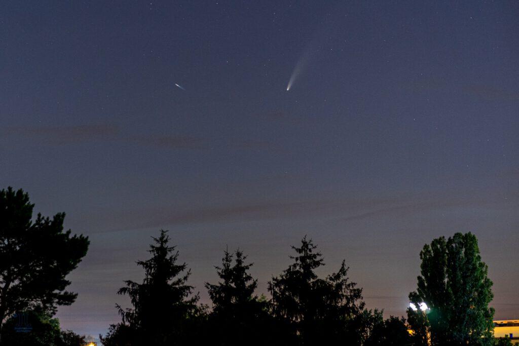 Eine zweite Sternschnuppe zeigt sich vor dem Komet Neowise (C/2020 F3)