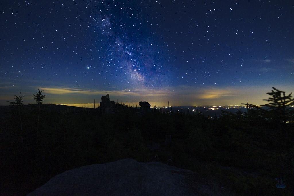 Links neben der Milchstraße sind Jupiter und Saturn zu erkennen. Die beiden ziehen auch über den Septemberhimmel.